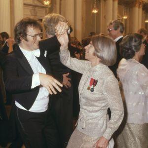 Man i frack och kvinna i festdräkt dansar