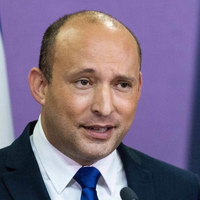 Den israelisk apolitikern Naftali Bennett håller tal.