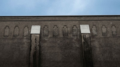 Riihimäkis fängelsemur och himlen.