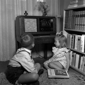 Mellerin lapset kuuntelevat radiota