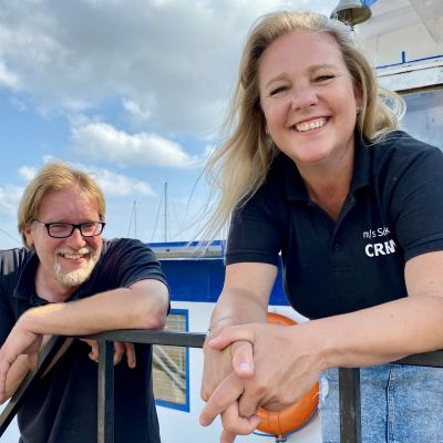 Anitra Penttinen ja Samuli Penttinen Suukko II -laivansa kannella.