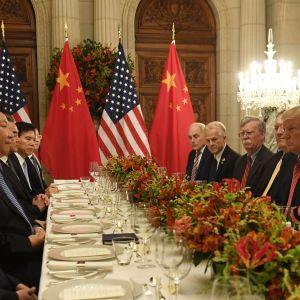 Amerikansk och kinesisk delegation vid dukat bord i Buenos Aires. Trump tittar stint på sin kinesiska kollega.