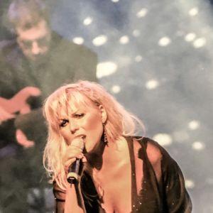 Josefin Nilsson på scenen.