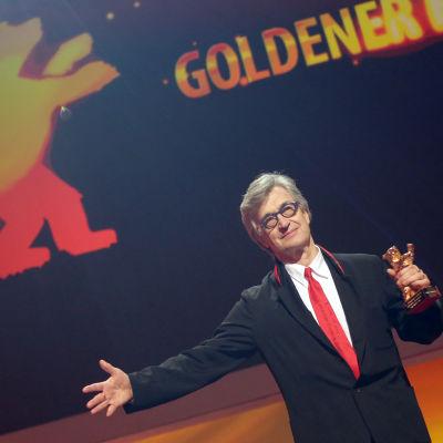 Wim Wenders under galaföreställningen till hans ära under Berlinale-festivalen.