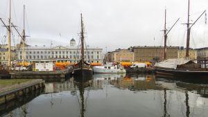 Bild på salutorget (helsingfors) med många båtar