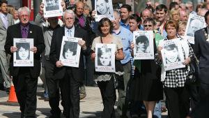 Demonstration för rättvisa 2010. John Kelly är en av männen längst fram.