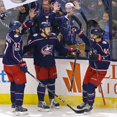 Markus Hännikäinen, Tyler Motte och Markus Nutivaara firar ett mål i matchen mot Boston.