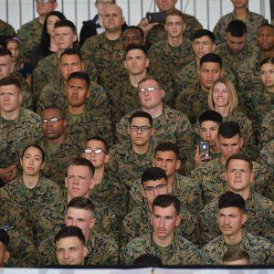 Soldater lyssnar på president Trumps tal i mars 2018.