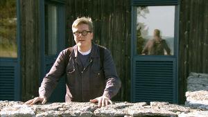 Ohjaaja Tomas Alfredson vierailee Igmar Bergmanin Fårön-kodissa. Kuva dokumenttisarjasta Bergmanin videot.