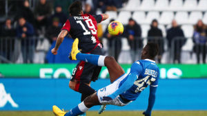 Mario Balotelli faller bakom en motståndare.