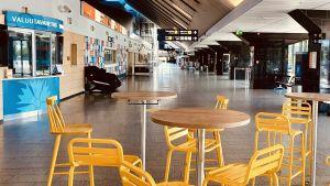 Stora hallen på Tallinns internationella flygplats är helt tom på folk.