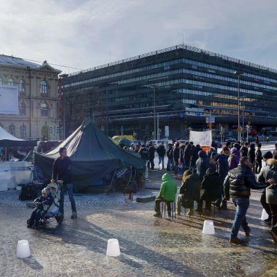 Asylsökande har slagit läger på Järnvägstorget i Helsingfors
