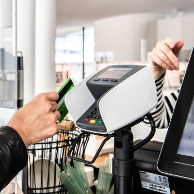 En person betalar med kort.