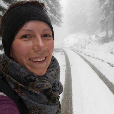 Ulrika Fellman ute i skogen.