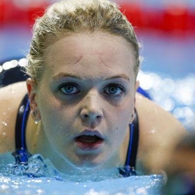 Emilia Bottas i bassängen.