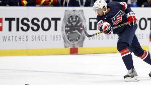 Seth Jones gör mål i ishockey-VM i Tjeckien 2015.