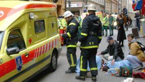 Några av de skadade i Gamla stan i Stockholm efter att en bilist den 31 maj 2003 kört rätt in i folkhopen.