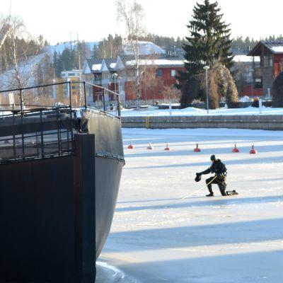 Dykare på Borgå ås is.