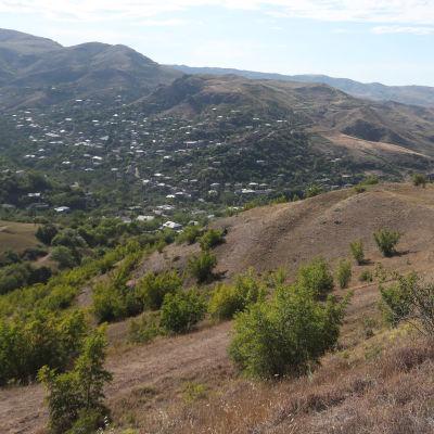 Laaksossa oleva kylä.