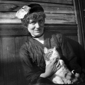 Författaren Edith Södergran med katt, 1910-20.