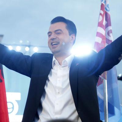 Den borgerliga oppositionens ledare Lulzim Basha har utropat sig som parlamentsvalets segrare i Albanien, trots att resultatet inte ännu är klart.