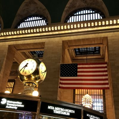 Klocka på informationskiosk i Grand Central station i New York
