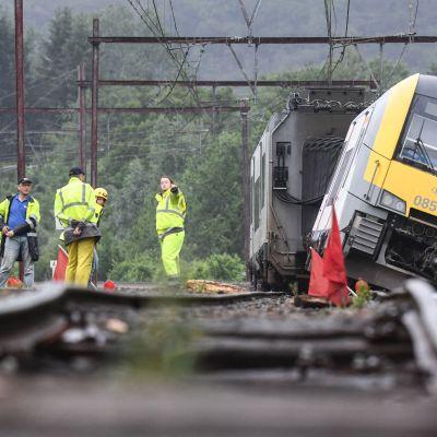 Ett tåg har kört av rälsen i den belgiska staden Rochefort.