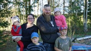 en familj med fyra barn