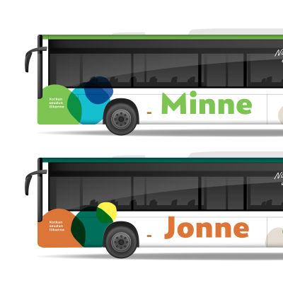 Kuva Kotkan seudun joukkoliikenteen bussien uudesta ulkoasusta. Yläpuolella vihreillä teippauksilla ja alapuolella oranssilla teippauksilla varustettu bussi.