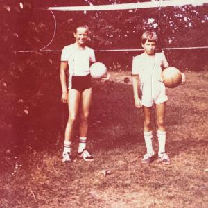 Kylli Kukk Erki-veljensä kanssa lapsuuden pihassa.