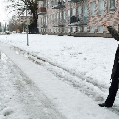 Drumsösällskapet är oroat över stadens planer. Christina Lindén pekar mot stränder där staden vill bygga bostäder.
