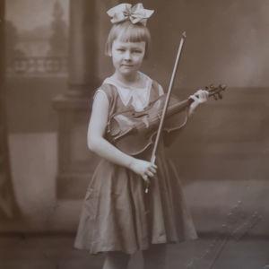 Tuleva operettitähti Hilkka Kinnunen rusettipäisenä pikkutyttönä viulu ja jousi käsissään valokuvassa vuodelta 1931.