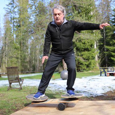 Kalle Mäkelä päätti 57-vuotiaana päästä eroon selkäkivuista ja ylipainosta - nyt hän harrastaa nuorallakävelyä ja on elämänsä kunnossa 63-vuotiaana?