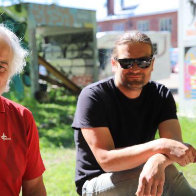 Isä ja poika Kim ja Eetu Floor istuvat penkillä