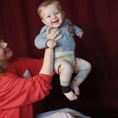 Soiva: äiti tanssittaa lasta