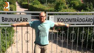 Peter Lüttge vid porten till Brunakärrs koloniträdgård