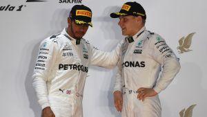 Lewis Hamilton och Valtteri Bottas i samspråk.