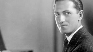 Säveltäjä George Gershwin pianon ääressä.