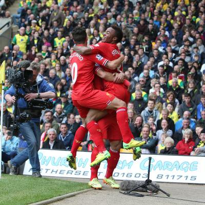 Liverpoolspelare firar mål.