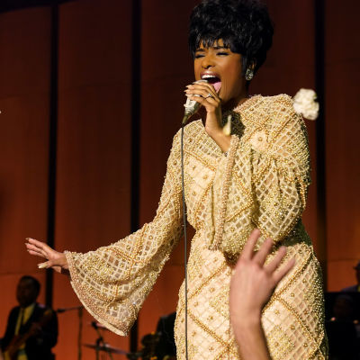 Jennifer Hudson i rollen som Aretha Frankling sjungande på en scen.