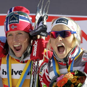 Längdåkarna Vibeke Skofterud, Marit Björgen och Therese Johaug firar efter tävling.