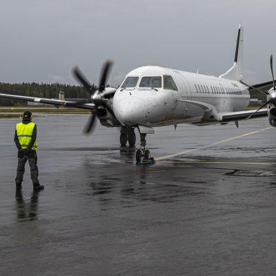 Nyxairin Saab 2000 matkustajakone lähdössä reittilennolle Jyväskylän lentoasemalta