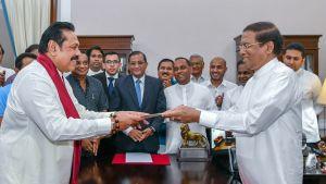Ex-president  Mahinda Rajapakse överlämnar dokument till president Maithripala Sirisena.