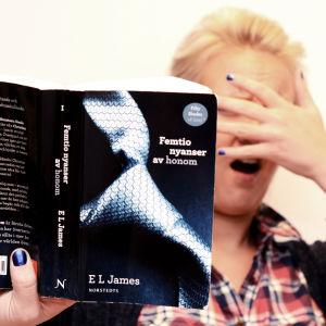 Boken Femtio nyanser av honom i förgrundne och Fredrika Lindholm chockerad i bakgrunden.