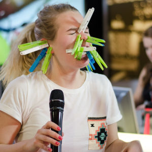 My Tengström grimaserar med klädnypor i ansiktet som en del av en utmaning på Näsdagen 2016. X3M.