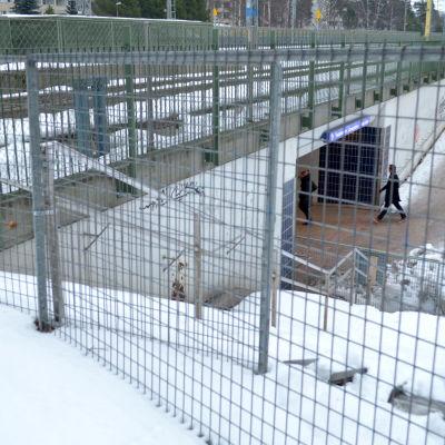 """Ett staket med texten """"Läpikulku kielletty"""""""