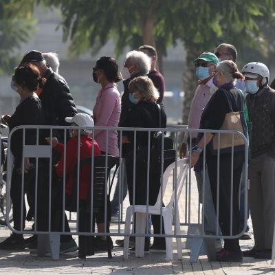 Personer som köar för att få coronavaccin i Israel