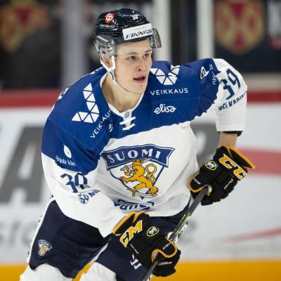 Jesse Puljujärvi håller blicken mot spelet.