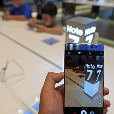 En kund testar en Note 7-telefon i Seoul  i Sydkorea.