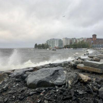 Tampereen Naistenlahdessa myrsky pauhaa ja nostaa tyrskyjä.